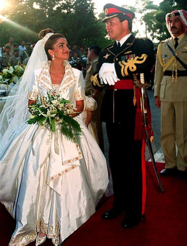 Prens Abdullah ve Ürdün Kraliçesi Rania  1993 Temmuz ayında Prens Abdullah ile evenen Rania'nın gelinliği Elie Saab tasarımıydı.
