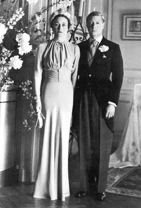 Wallis Simpson ve Windsor Dükü  Birleşik Krallık ve Dominyonlar'ın kralı VIII. Edward olan Windsor Dükü Prens Edward, geçmişinde iki boşanma yaşamış olan Wallis'le evlenebilmek için tahttan çekilmek zorunda kalmış.  Olay yaratan düşes Mainbocher tasarımı bir çok şık bir gelinlik giymişti. Bu gelinlik şu an Metropolitan Sanat Müzesi'nde saklanıyor.