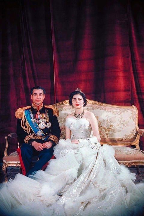 Şah Muhammed Reza Pahlevi ve İran Kraliçesi Soraya  Şah ve İran İmparatoriçesi 1951 yılında evlendi. Soraya düğününde Christian Dior tasarımı bir gelinlik giydi.