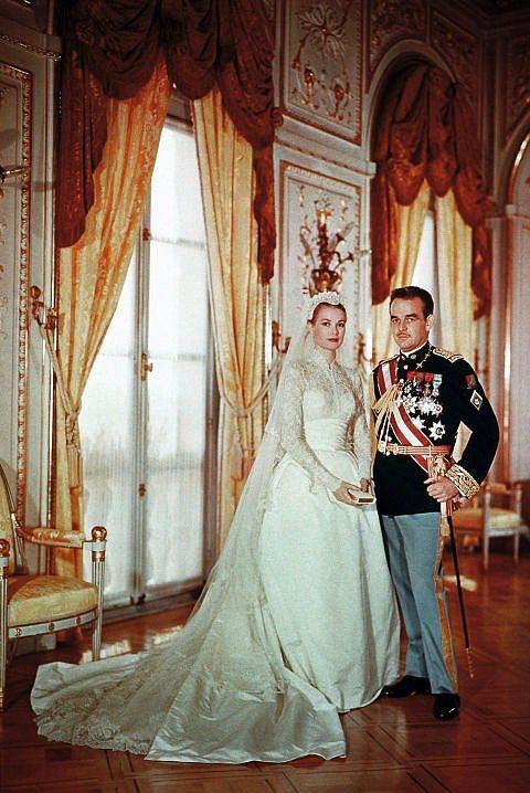Prens Rainier ve Monaco Prensesi Grace Kelly  Grace Kelly ve Monaco Prensi Rainier, 1956 yılında Monaco'da evlendi. Kelly, Helen Rose tasarımı, MGM bir gelinlik giydi. Daha önceki Yüksek Sosyete ve Kuğu filmlerinde de aynı gelinliği giymişti.