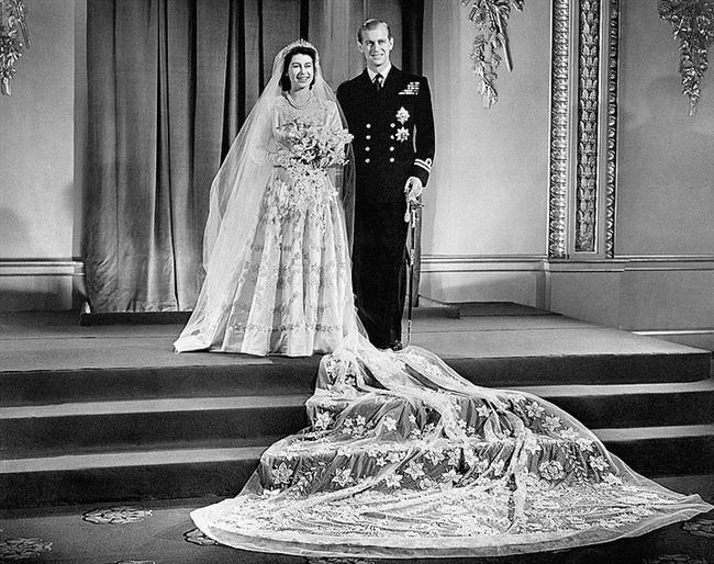 Prenses Elizabeth ve Prens Mountbatten  Prenses Elizabeth ve Prens Mountbatten 1947 yılında, Londra'da evlendiler. Prenses Elizabeth'in gelinliği Norman Hartnell tarafından tasarlanmıştı.
