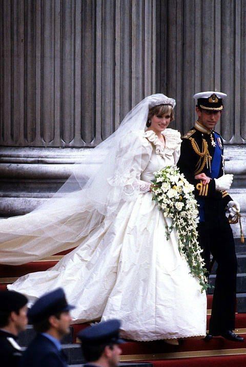 Prenses Diana ve Galler Prensi Charles  Prenses Diana ve Galler Prensi Charles 1981'de evlendiler. Diana, David and Elizabeth Emanuel tasarımı bir gelinlik giydi.