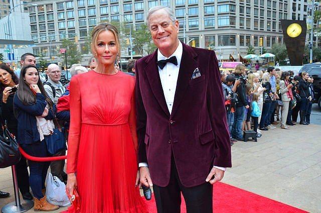 David ve Julia Koch - 48 milyar dolar  Kuzey Amerika'nın en büyük yağ ve gaz holdinginin sahibi olan Koch, eşiyle 1996 yılında görücü üsuluyle evlenmiş. Politik duruşlarıyla bilinen Koch ailesi, Amerika'nın cumhuriyetçi adaylarını desteklerken aynı zamanda yardımlaşma faaliyetlerinde de sıkça bulunuyorlar.   Aynı zamanda sanatla da iç içe olan Koch çiftinden Julia, Amerikan Bale Okulu'nun da yöneticilerinden.