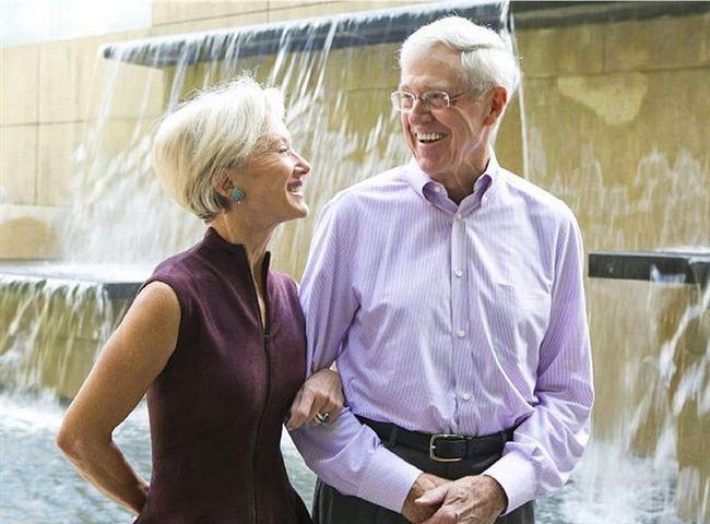 Charles ve Elizabeth Koch - 48 milyar dolar  Babasının kurduğu aile şirketinde çalışmaya başlayan Koch, 1967 yılında CEO olarak başa geçti. 1972 yılında eşiyle evlenip 2 çocuk sahibi oldular. Koch çifti de yardım çalışmalarında oldukça aktif rol alıyorlar.