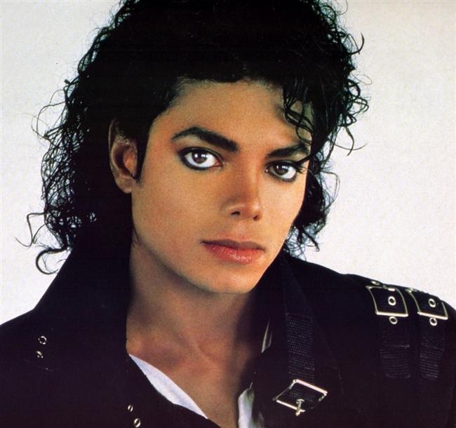 Michael Jackson  Hayatı boyunca anksiyete sorunlarıyla mücadele eden M.J; insanlarla yakın ilişki kurmaktan, salt bu yüzden kaçınırdı.