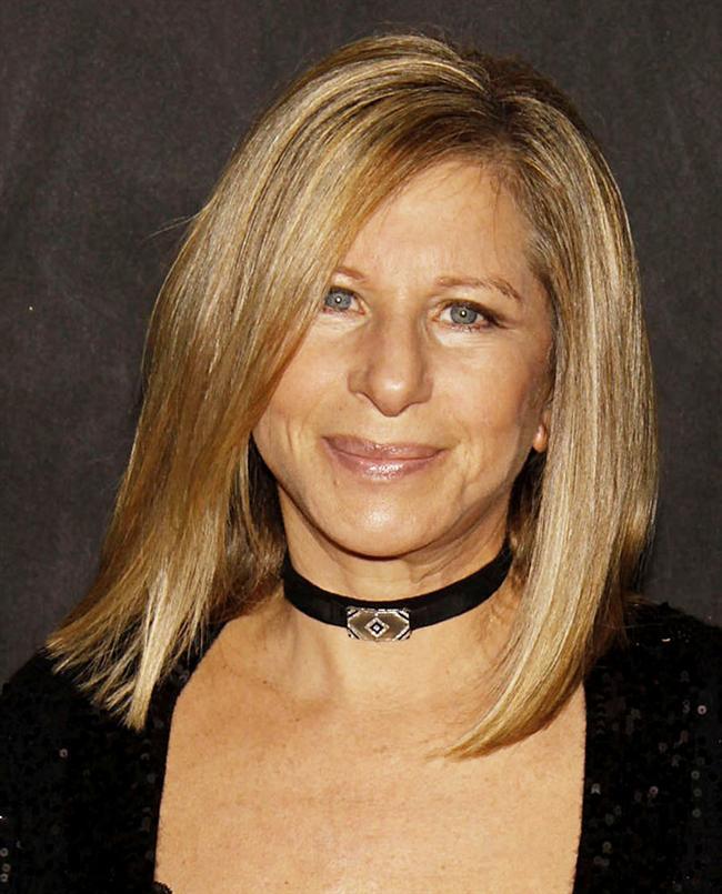 Barbra Streisand  Uzun yıllar sosyal anksiyete bozukluğuyla mücadele eden Streisand'ın en büyük sorunu, sahne korkusuydu. Hatta bir keresinde sahnede şarkısının sözlerini unutan sanatçı, bunun sonucunda canlı performanslara 30 yıl boyunca ara vermişti.