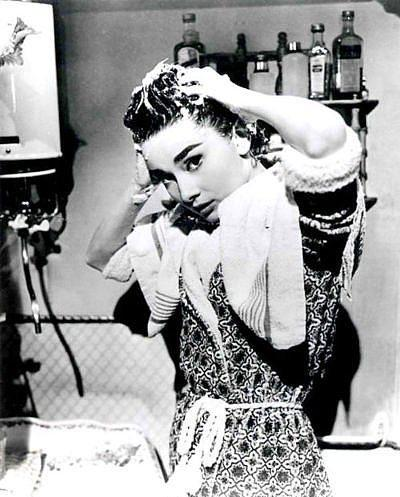 1908 yılında New York'un en büyük gazetelerinden birisi 6 haftada bir şampuanla yıkanmak yerine 2 haftada bir şampuanla yıkanmanın gerektiğini ve 2 haftada bir şampuanla yıkanmanın çok uygun bir sıklık olduğunu yazdı.