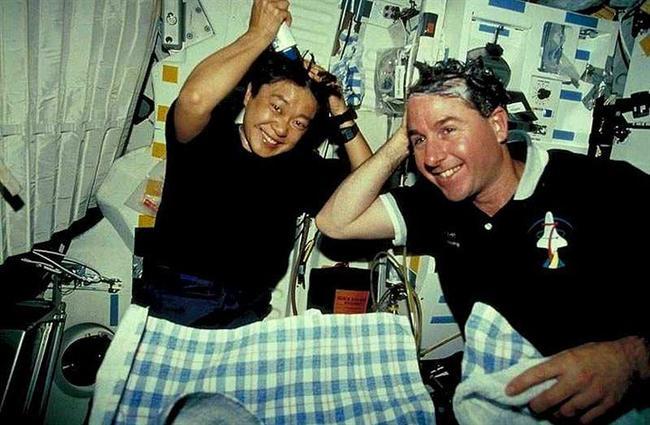 Astronotlar uzayda saçlarını yıkamak için su gerektirmeyen özel bir şampuan kullanırlar.