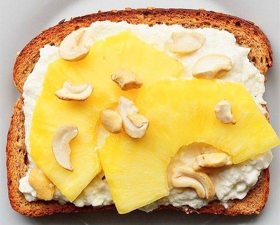 Keçi Peyniri + Ananas + Kaju = Meyveli Tost  Pratik bir ara öğün ya da sabah kahvaltısı olabilir.