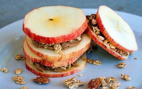 Elma + Fıstık Ezmesi + Yulaf Ezmesi = Elma Sandviçleri  Elma dilimlerinin içerisine fıstık ezmesi sürün ve yulaf ezmesini koyun ve sandviç yapın.