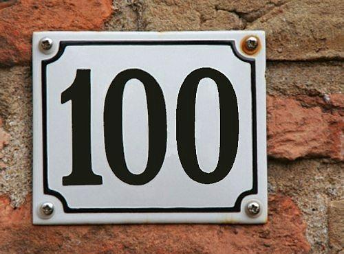 100 Numara  Eskiden Fransa'da otellerde tuvaletler koridorların uçlarındaydı. Odaların her birine birer numara verirken, tuvaletlere numarasız demişler ve '00' diye işaretlemişlerdi. Fransızca'daki 'numarasız' kelimesi ile ' 100 numara' kelimesi hemen hemen aynı telaffuz edildiğinden, bizde Fransızcası biraz kıt birinin tercüme hatası sonucu 'yüznumara' olarak yerleşmiştir.