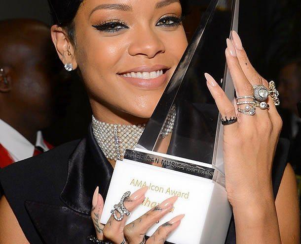 Tırnakları yakından takip edilen Rihanna; stiletto, badem, kare ve kare-oval tırnakları kullanıyor.