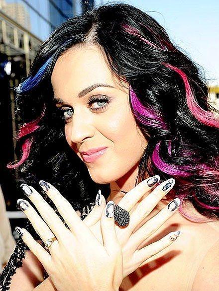 Katy Perry genellikle kısa yuvarlak veya oval tırnaklarıyla karşımıza çıkıyor.