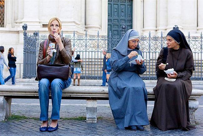 26. Ye Dua Et Sev (2010) | IMDb 5.6  Elizabeth acılı bir boşanma süreci yaşamıştır. O güne kadar hayatından hep mutlu olduğunu düşünmüş Elizabeth, boşandıktan sonra dağılmış, kafası karışmış ve umutsuzluğa düşmüştür. Kendini yeniden bulmak ve iyi hissetmek isteyen Elizabeth, yola çıkmaya karar verir. Bu yol İtalya, Hindistan ve Bali'yi kapsayan bir dünya seyahatine dönüşecektir.