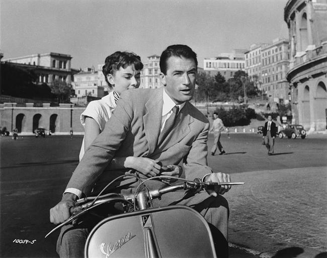 3. Roma Tatili (1953) | IMDb 8.0  Saray protokollerine göre yaşamak zorunda olan Prenses Ann, Avrupa turunun yoğun temposundan sıkılmış, Roma'ya geldiklerinde nihayet yaşı gereği neşeli ve çılgın günler geçirmek istediğini kendine itiraf edebilmiştir. Bir gece çılgınlık yapıp kimseye haber vermeden saraydan ayrılan Prenses, bir bankta uyuyakalır. Genç kadının şansı yaver gider ve yardımsever bir adam onu kendi evine götürür; ancak bu durum genç kadına pahalıya patlayacaktır. Ülkenin en gözü açık gazetecilerinden biri olan Joe Bradley'in evinde kalan Prenses Ann, büyük bir habere manşet olmak üzeredir.