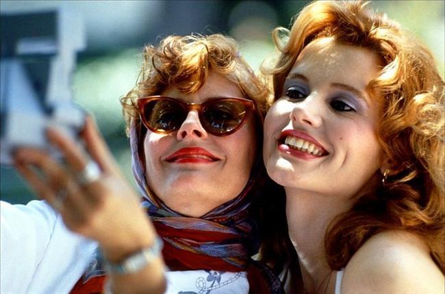 11. Thelma ve Louise (1991) | IMDb 7.4  Erkek arkadaşından bıkan Arkansaslı garson kız Louise (Susan Sarandon), ihmalkar ve cinsiyet ayrımcısı kocasıyla birlikte sıkıcı bir hayatı olan arkadaşı Thelma'yı (Geena Davis) ayartır. Birlikte özgürlükle dolu bir haftasonu araba seyahatine çıkarlar.