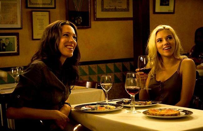 17. Barselona, Barselona (2008) | IMDb 7.2  Nasıl New York City, Woody Allen'ın Manhattan'ının fonu olmuşsa, hayrete sürükleyici Barcelona kenti de Vicky ve Cristina'nın romantik serüvenlerinin sahnesine dönüşüyor. Bu iki genç Amerikalı İspanya'da bir yaz geçirirler ve gösterişli bir sanatçı (Javier Bardem) ve onun güzel fakat dengesiz eski eşi (Penélope Cruz) ile tanışırlar. Vicky (Rebecca Hall) evlenmek üzere olan muhafazakar bir kadındır. Cristina (Scarlett Johansson) ise cinsel serüvenlere açık özgür ruhlu bir kadındır. Kaderleri kesişen üç insan arasında doğan aşk ilişkisi kaotik sonuçlar doğuracaktır.
