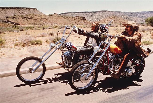 12. Easy Rider (1969) | IMDb 7.4  İki maceraperest motorcu Amerika'nın güneyine doğru dumanlı bir yolculuğa çıkarlar. Yolculukları esnasında Amerikan ruhunu rüzgar gibi arkalarına alıp, ülkenin farklı yüzleriyle karşılaşırlar. Otostopçular, değişik mola yerleri ve hayatlarına girip çıkan her şey onları yollara daha fazla bağlar.