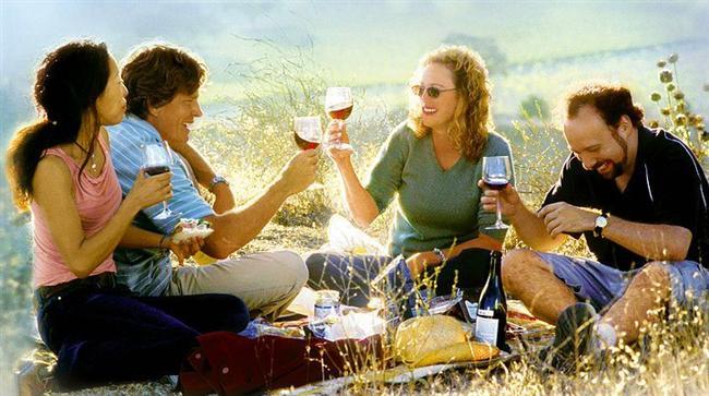 8. Sideways (2004) | IMDb 7.6  California'nın sahillerinden yola şarap tatmak için çıkan 30'lu yaşlarındaki ikili Miles ve Jack beklenmedik bir şekilde olgunlaşmaya başlıyorlar. Ve bu birbirlerine hiç benzemeyen ikili çok geçmeden kendilerini şarap, kadın ve kahkaha içinde buluyorlar.
