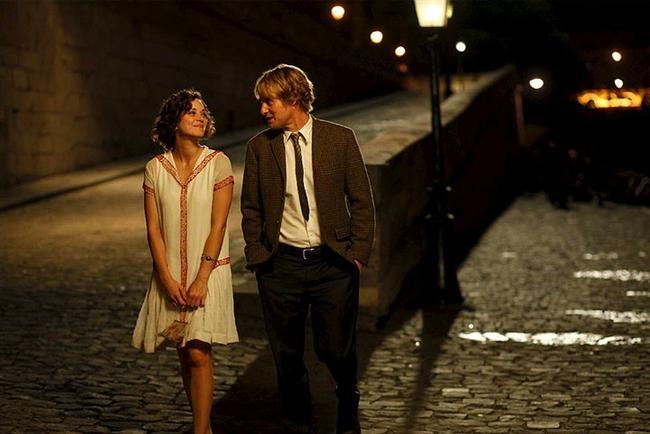 7. Paris'te Gece Yarısı (2011) | IMDb 7.7  Midnight In Paris'de iş için Paris'e gelen bir ailenin hikayesi anlatılıyor. Nişanlı genç bir çiftin yolculuk boyunca değişen yaşamları Woody Allen tarzı komik dokunuşlarla bezenmiş. Sonbaharda evlenecek olan nişanlı iki gencin hatta özellikle damat adayının bu şehirde başına gelen ve tüm ailenin hayatını değiştirecek gerçek üstü maceraları anlatan bir romantik komedi var karşımızda. Bu genç adamın şehre, Paris'e duyduğu büyük aşk ve edebiyat sevgisini konu alıyor.