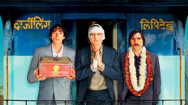 14. Küs Kardeşler Limited Şirketi (2007) | IMDb 7.2  Birbirine yabancı üç kardeşin (Owen Wilson, Adrien Brody ve Jason Schwartzman) babalarının ölümünün ardından Hindistan'da bir tren turuna çıkmalarını anlatıyor. Hayal ürünü olan uzun mesafe treni 'Darjeeling Limited''ın ismi, belli ki Darjeeling Himalayan Railway'den alıntılanmış. Bu tren yolculuğu, birbirlerini tanıyıp yakınlaşmaya çalışan kardeşlerin çabalarının arka planını oluşturuyor.
