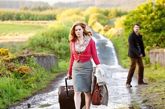 25. Aşka Yolculuk (2010) | IMDb 6.4  Erkek arkadaşının dört yıldan beri ona evlilik teklif etmemesi üzerine Anna, kadınların erkeklere Şubat'ın 29'unda evlenme teklif edebildiği bir İrlanda geleneğinden esinlenip ipleri ele almaya karar verir. Evlilik teklifi için erkek arkadaşı Jeremy'nin arkasından Dublin'e takip edecektir.