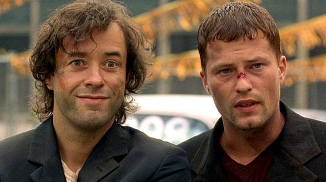 4. Cennet Yolcuları (1997) | IMDb 8.0  Kanser hastası olan Martin ve Rudi ismindeki iki genç adam, hastalığın ilerlemiş aşamasında olduklarını hastanede öğrenirler. Bu talihsiz durumlarını alkolde boğmak istercesine içki içip son yolculuklarını deniz kıyısında yapmaya karar verirler. Yolculukları için araç bulmaya karar vererek 60 model bir Mercedes'i çalıp yolculuğu başlarlar. Arabanın bir gangster çetesine ait olduğu ve torpido gözünde bir silah bulunduğunu öğrendiklerinde işler karışır.