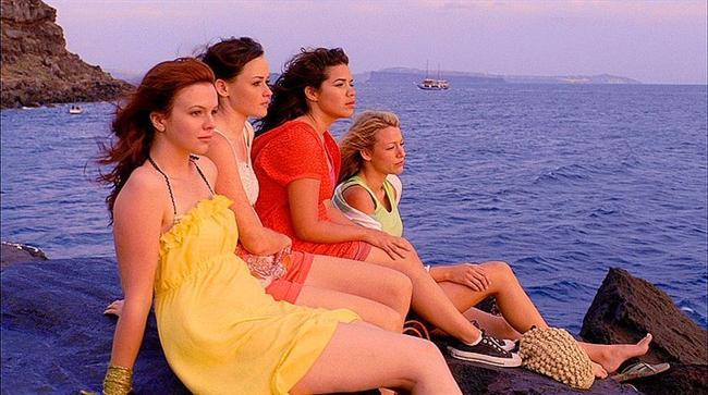 24. Gezgin Pantolon Kardeşliği (2005) | IMDb 6.6  Doğdukları zamandan beri hiç ayrılmayan 4 iyi arkadaşın ilk defa birbirlerinden ayrı geçirecekleri o güzel yazın hikayesini anlatıyor.Genç kızlar hepsine tesadüf bir şekilde uyan bir pantolon alırlar ve farklı vücut yapılarına sahip oldukları için bunun bir sihir olduunu düşünürler .Bu pantolonu birbirleri arasındaki bağları için kullanmaya karar verirler. Hayatta dostlukların ne kadar önemli olduğunu anlatan güzel bir gençlik filmi.