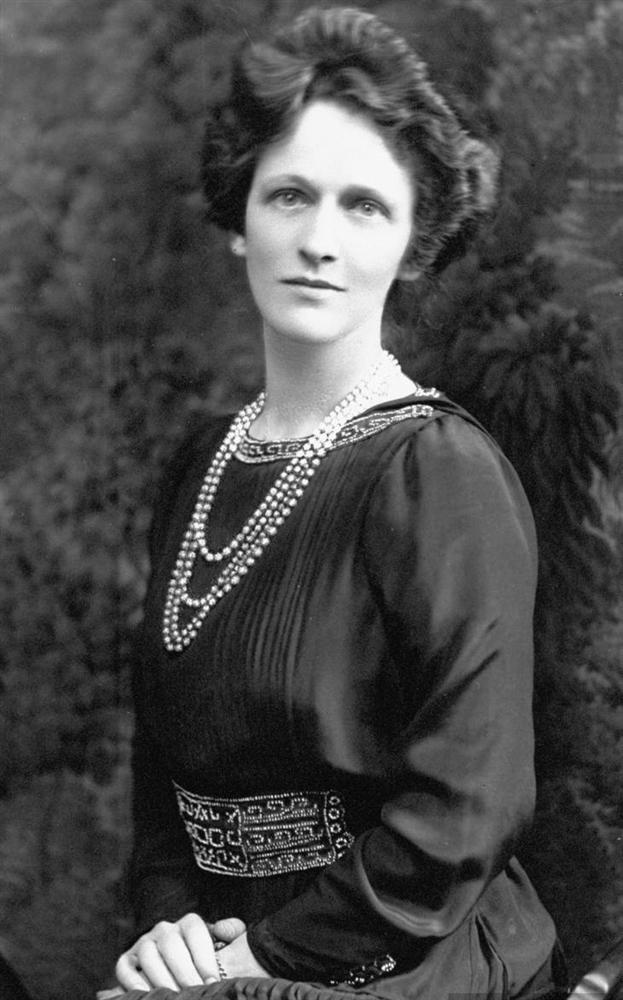 Nancy Astor  İngiliz siyasetini kökten değiştiren kadın dirayetinin simge isimlerindendir. İngiliz Parlamentosuna girmeyi başaran ilk kadındır.