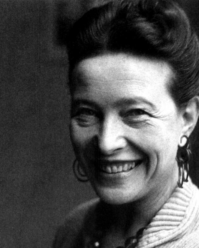"""Simone de Beauvoir  Varoluş Filozofu, yazar ve siyasal teorisyen. Kadın haklarının ünlü savunucusu. Eseri """"İkinci Cins"""" adeta kadın hareketinin manifestosu olmuştur. Feminizm'in kurucusu olarak anılır. Jean-Paul Sartre ile yaşadığı aşk destansıdır. Aşklarının en büyük kanıtı Fransa'daki ortak mezarlarıdır. Yazdığı romanları, şiirleri, makaleleri ve kitapları ile kadın savunusunun bayraktarlığını yapmıştır. Sol, kadın, hak ve aşk denilince akla gelen öncü isimlerdendir."""