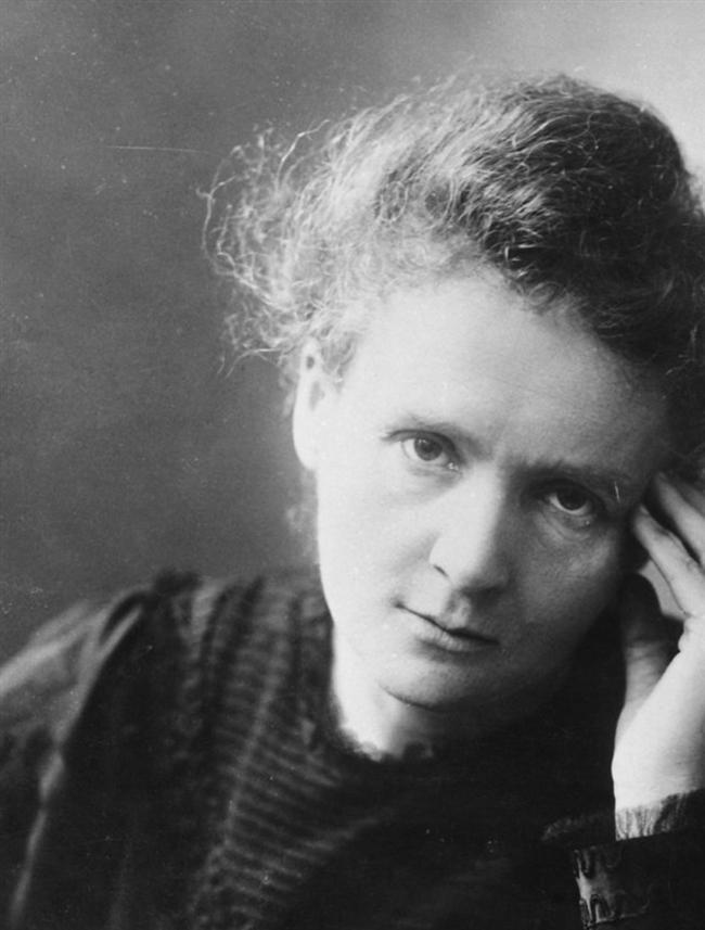 Marie Curie  Radyoaktivite üzerine çalışmaları ile kimya tarihine adını yazdıran ünlü kimyacı Polonya asıllı bir Fransızdır. Element tablosundaki iki atomu keşfeden kadın kimyager, ilk çalışmalarını eşinin imzasıyla yayınlamak zorunda kalsa da sonraları değeri anlaşılmış ve tarihe adını altın hartflerle yazdırmıştır.