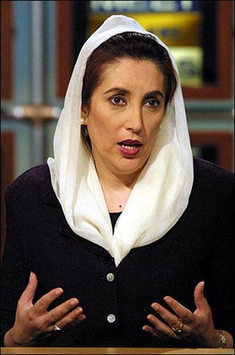 Benazir Butto  İlk Müslüman kadın devlet başkanı. İslam dünyasında bir tabu yıkarak adını tarihin unutulmazları arasında yazdırmıştır. Tartışmalı siyasi kariyeri 2007 yılında bir cinayetle öldürülene değin hep erkeklerin egemenliğini kırmak için mücadelelerle geçmiştir.