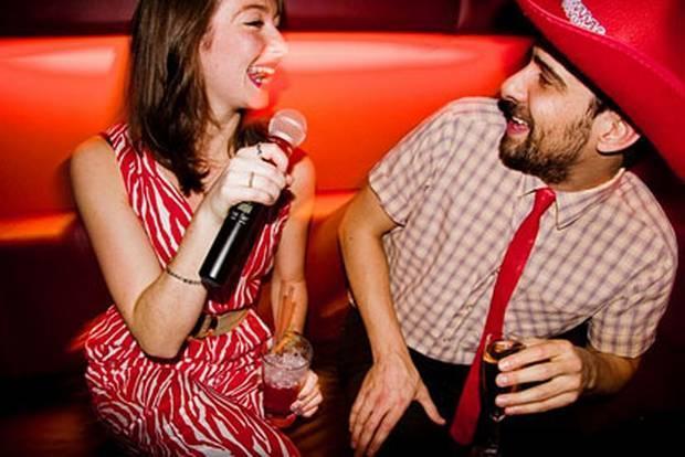 28- Eğer sesiniz güzelse, bir karaoke barda en sevdiği şarkılarla ona sürpriz yapabilirsiniz.   29- Üst bacağınızın iç bölümüne, kalp içinde onun adı yazılı geçici bir dövme yaptırın.   30- Bir yerde tam yanınıza oturacağı sırada, ona doğru iyice sokulun.