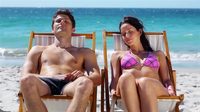 Akrep (23 Ekim-21 Kasım)  Onu nerede bulabilirsiniz?  Bekar Akrep erkeği sıcağı sever. Onu yazın sahilde veya havuz kenarında güneşlenirken, kışın da sauna veya solaryumda bulursunuz.  Sevdiği kadın tipi  Cinsel bakımdan ona uyan ve yüksek libidosuyla baş edebilen bir kadın Akrep erkeği için idealdir. Onun için hoş bir sürpriz ne olabilir? Eve geldiğinde en kırmızı rujunuzu sürün. En seksi kırmızı elbisenizi giyin (Başka hiçbir şey yapmanıza gerek yok)!  Gizli cinsel yönü  Akrep erkeği hem niteliği hem niceliği sever, ikinci raund için hazır olduğunu söylüyorsa, ona inanın. Ateşli gecelere hazırlanın.  İlişki özelliği  Her isteğinizi yapmaya gayret eder. Yalnız dikkat etmeniz gereken bir şey var: Onu düş kırıklığına uğratırsanız, sizi affetmesi için çok beklersiniz.