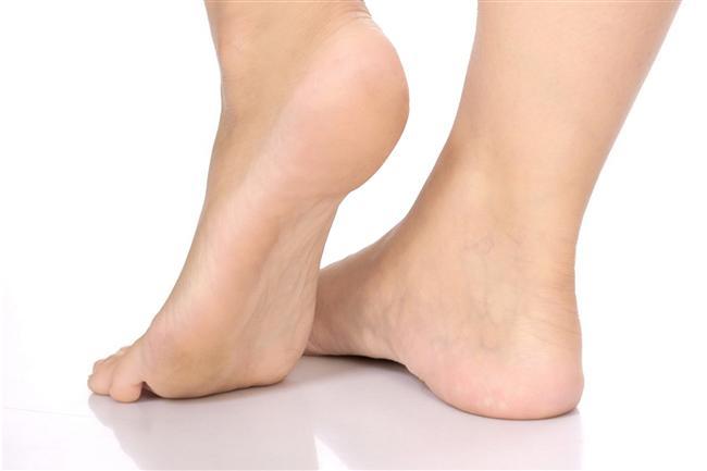 Topuklardaki çatlakların giderilmesine birebirdir.  Biraz bekledikten sonra topuk törpüsüyle yapacağınız uygulama çatlakların giderilmesinde oldukça yararlı olacaktır.