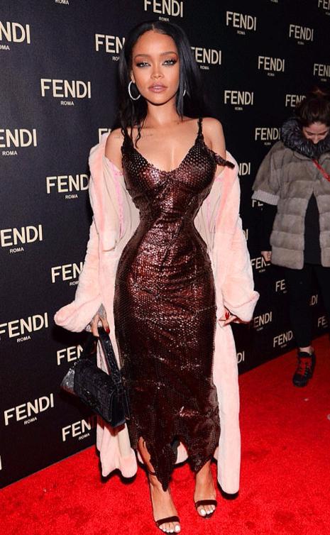 Barbie vücutlu Rihanna ikiye bölünmüş gibi görünüyor.