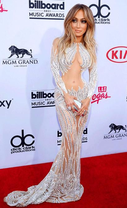 Küçük bir bel ile J-Lo'nun sanki bir organı eksik gibi.