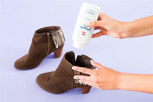 Gürültülü ayakkabılara son!  Bastıkça içinden sesler gelen ayakkabınızın içine bebek pudrası dökün. Sonuca bayılacaksınız.