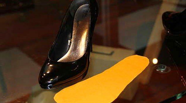 Kayan ayak sendromu'nu, kendin yap projesi ile de alt edebilirsiniz.  Ayakkabınızın içine kendi zevkinize göre seçtiğiniz desenli, kaymayan bir kumaş yapıştırabilirsiniz. Yapıştırıcının çok iyi kuruması için ayakkabıyı bir gün bekletmeniz çok daha iyi olacaktır :)