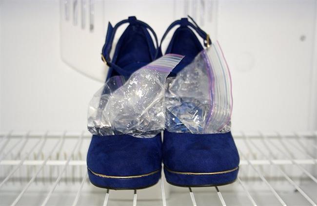 Ayakkabınız ayağınızı çok ama çok mu sıkıyor?  Buz dolabı poşetini suyla doldurun, ayakkabının içine yerleştirin. Siz de benim gibi temizlik konusunda takıntılıysanız, tekrar poşetleyin ve buzluğa atın. İstediğiniz genişliği elde edene kadar da bu işlemi tekrarlayın.