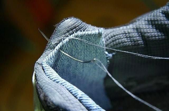 Ayakkabınızın ömrünü uzatın.  Spor ayakkabılarınızın içindeki yıpranmaları ise, içine kot kumaş dikerek telafi edebilirsiniz.