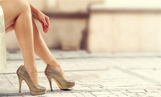 Daha az topuk, daha az acı!  Ayakkabınız ne kadar topuklu olursa, vücut dengenizi o kadar bozacaktır ve canınız da buna bağlı olarak bir o kadar acıyacaktır. Mümkün olduğunca tercihinizi daha az pont'lu ayakkabılardan yana kullanmalısınız.