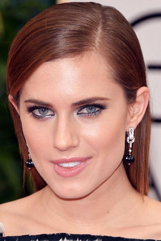 5. Göz makyajınızı da yaptıktan sonra hafif bir allık ve ruj ile görünümü tamamlayabilirsiniz