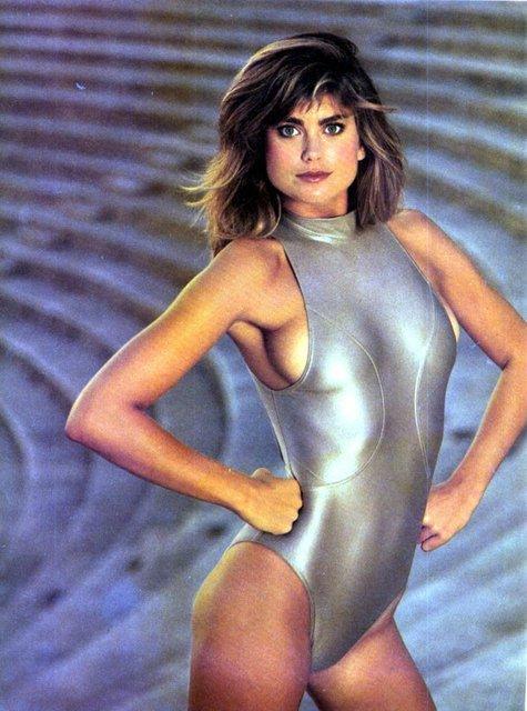 1980'ler - Parlaklık, modanın her alanında olduğu gibi mayolarda da baskın!