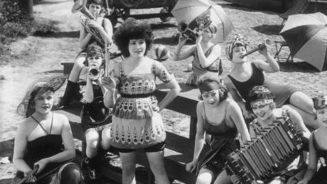 1915, Yine Viktoryen dönemin esintileri, mayodan ziyade günümüzün plaj kıyafetlerini andıran tasarımlar.