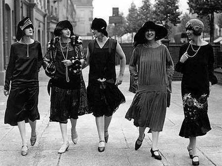 Sürekli değişim içerisinde olan moda zaman zaman eskiye dönüş yapar. Eskilerden esinlenilerek tasarlanan parçalar geçmişi günümüze taşır. Siyah-beyaz zamanların modasını yansıtan işte o fotoğraflar…  1920'ler...