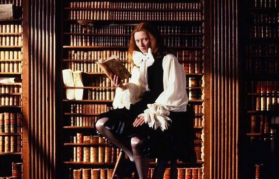 Orlando  Yönetmen: Sally Potter  IMDb: 7.2   1928 yılında yayımlanan, büyük yazar Virginia Woolf'un epik-romanı Orlando'dan uyarlanan bu film, bağımsız sinema yapımcısı ve yönetmen Sally Potter'e ait bir prodüksiyon. Bu destansı sinema şahaserinde, dört asırlık bir dönemdeki cinsel politik süreçler aynı oyuncu çerçevesinde ve cinsiyetler değişerek sahneleniyor. Bu yüzyıllık geçişler sürecinde yolu İstanbul'a da uğrayan ana karakter, bu zaman yolculuğunda gönlünü kâh alımlı bir kadına kaptıracaktır kâh yakışıklı bir dahiye. Gerçekten de ilginç bir senaryoya, farklı bir kurguya sahip bir film.