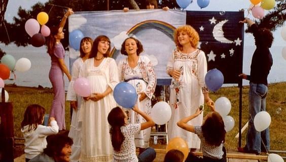 One Sings, The Other Doesn't  Yönetmen: Agnès Varda  IMDb: 6.6  Birbirinden farklı kadınların dostluğu ve 70'lerde kürtaj hakkı için verilen mücadeleyi konu alan film, Fransız kadın hareketinden beslenmiş.