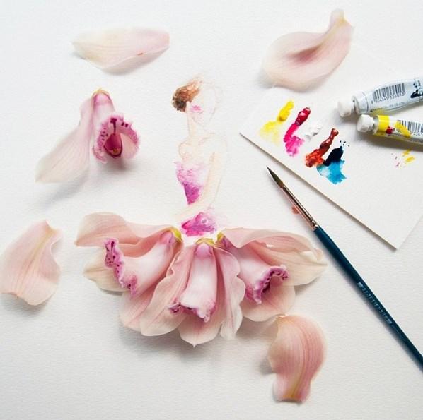 O, yaptığı moda eskizlerini canlı çiçeklerle tamamlıyor.