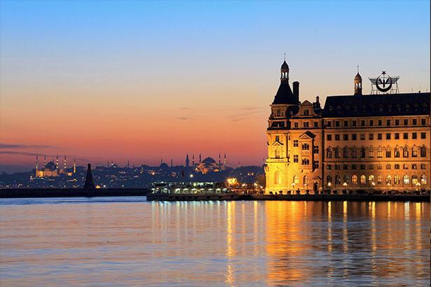 İstanbul, Türkiye  Osmanlı sultanlarına başkentlik yapan ve çok katmanlı bir geçmişin gizli kalmış sırlarını barındıran İstanbul, muhteşem denizi, tarihi yapıları ve mimarisiyle ön plana çıkıyor. Bir yanda tarihin egzotik havası, diğer yanda bar, kulüp ve lüks restoranlarıyla her noktası ayrı bir gizem taşıyan İstanbul, modern ve seksi duruşuyla parlıyor.